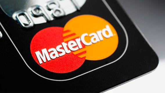 Цена биткойна достигла рекордного уровня в четверг после того, как два крупных финансовых учреждения США объявили о новых проектах в области криптовалюты. Однако биткойн, самая популярная криптовалюта, может не перейти в ближайшее время через сеть Mastercard.